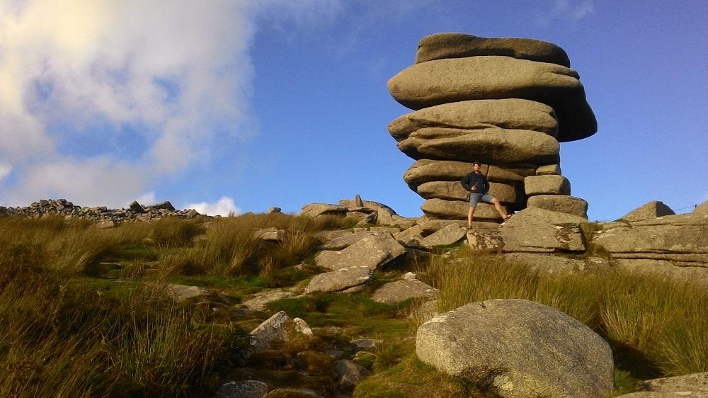 Muž stojící u obrovské hordy kamenů
