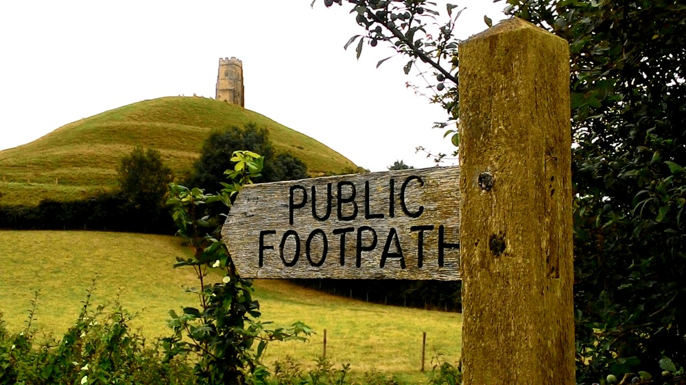 """Glastonburská věž u cedule """"Veřejná cesta"""""""