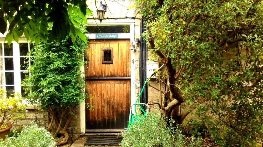 Dřevěné dveře v divoké zahradě