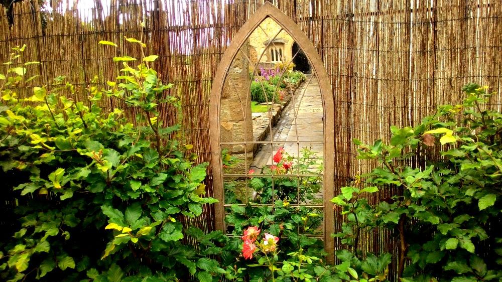 Gotické zrcadlo uprostřed divoké zahrady