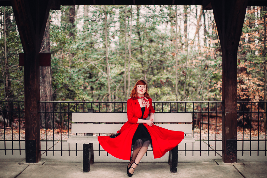 krásná žena v červeném kabátě