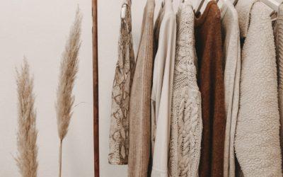 Základní kousky minimalistického šatníku – a kde je sehnat